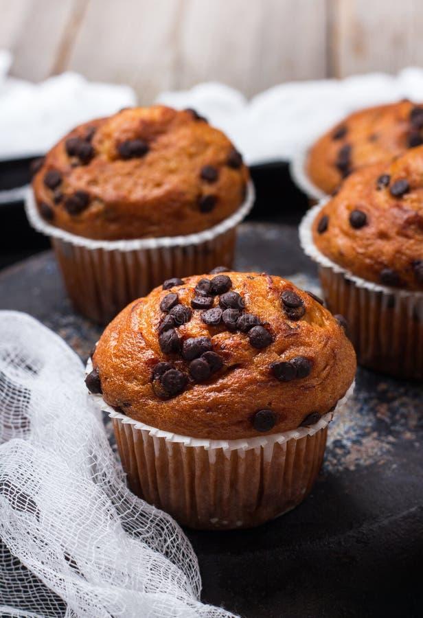 De eigengemaakte cake van chocoladeschilfer kruidige muffins voor ontbijt royalty-vrije stock afbeelding