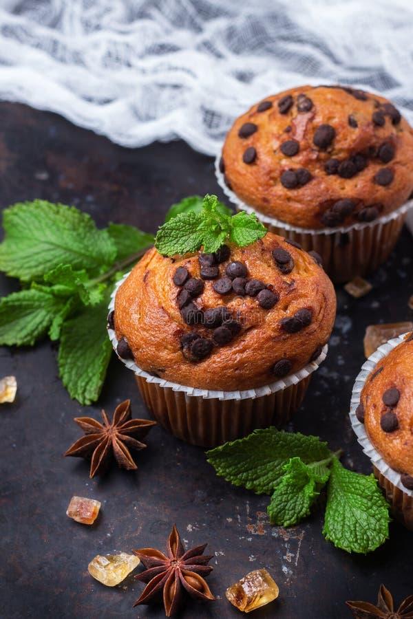 De eigengemaakte cake van chocoladeschilfer kruidige muffins voor ontbijt royalty-vrije stock afbeeldingen