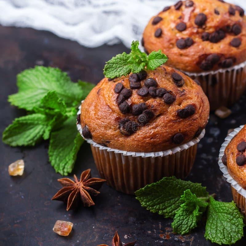 De eigengemaakte cake van chocoladeschilfer kruidige muffins voor ontbijt royalty-vrije stock foto's