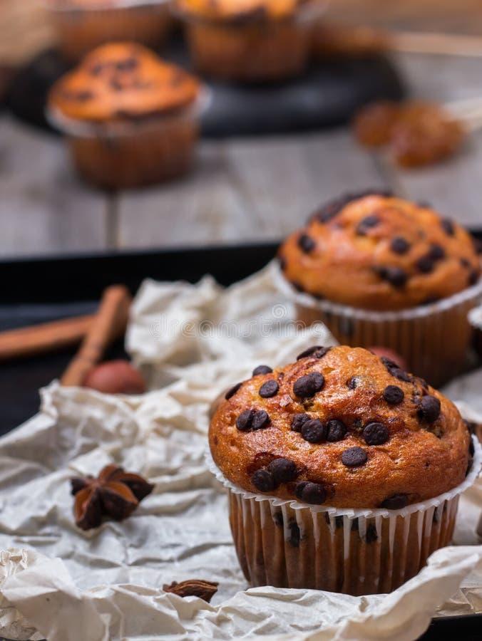 De eigengemaakte cake van chocoladeschilfer kruidige muffins voor ontbijt stock afbeelding