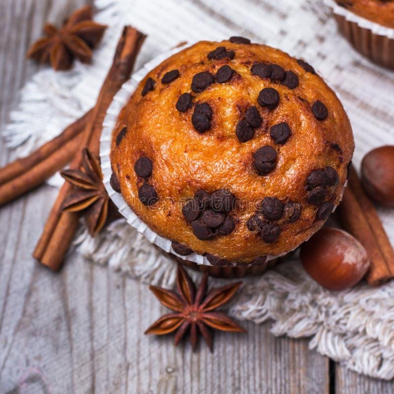 De eigengemaakte cake van chocoladeschilfer kruidige muffins voor ontbijt royalty-vrije stock foto