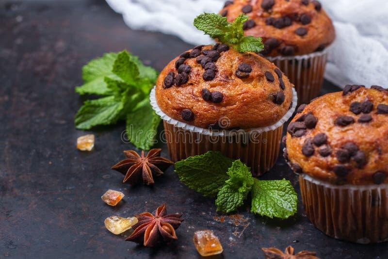 De eigengemaakte cake van chocoladeschilfer kruidige muffins voor ontbijt stock foto's