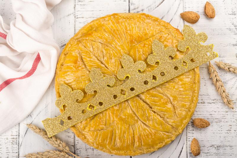 De eigengemaakte cake van Galette des Rois met met de hand gemaakte koningenkroon Traditionele Franse Epiphany-cake met grondaman royalty-vrije stock foto's