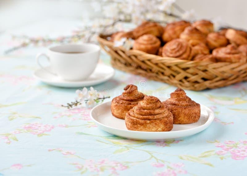 Download De Eigengemaakte Cakes Van Kaneelbroodjes Stock Afbeelding - Afbeelding bestaande uit gevoelig, broodje: 107702093