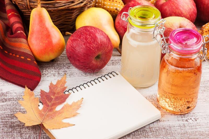 De eigengemaakte cider van de appelpeer stock foto's