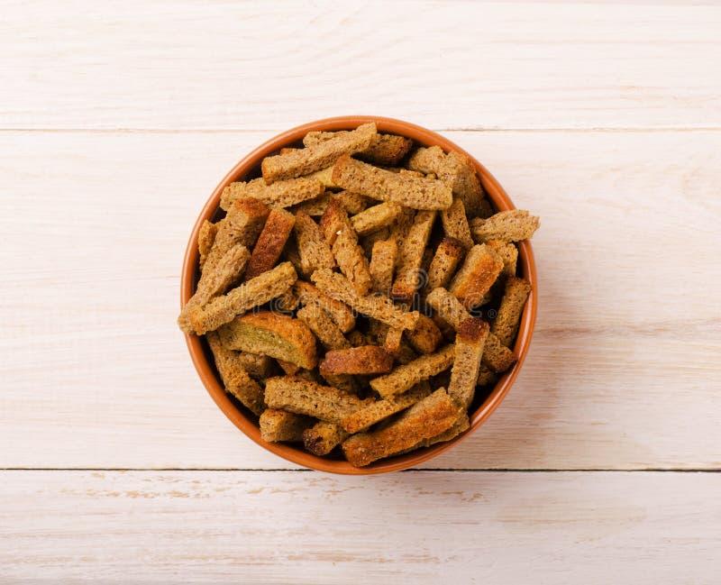 De eigengemaakte croutons drogen brood stock fotografie