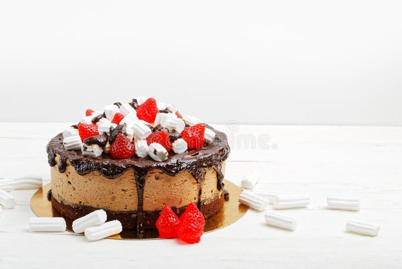 De eigengemaakte die cake van de banaanmousse met heemst en bes-vormige marmelade wordt verfraaid royalty-vrije stock foto's