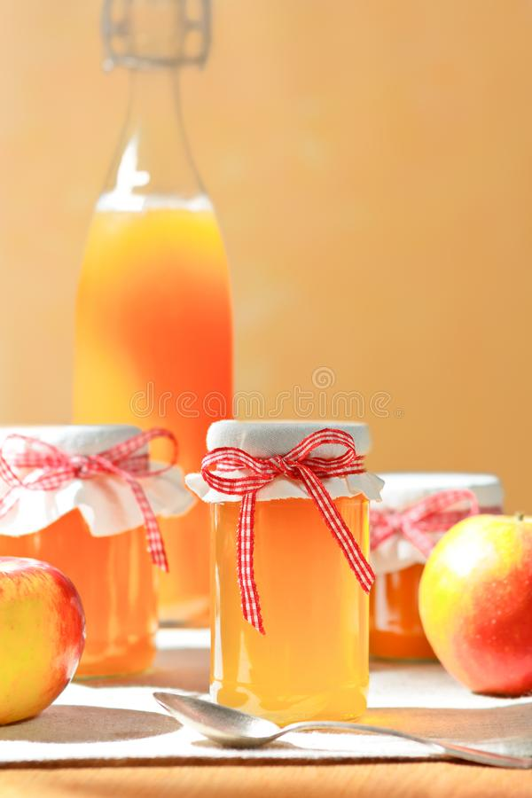 De eigengemaakte fles van het sapkruiken van de appelgelei stock afbeeldingen