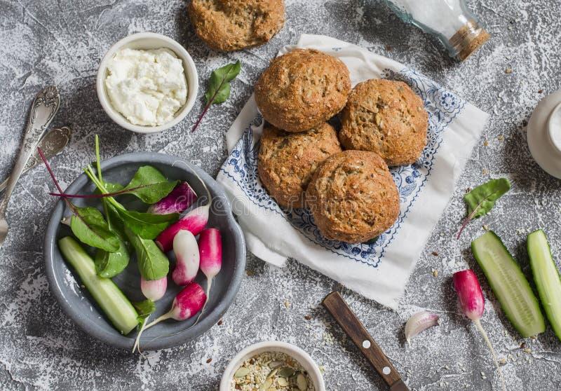 De eigengemaakte gehele korrel rolt, kwark, verse groenten - radijzen, komkommers, sla op een grijze steenachtergrond Gezond Sn royalty-vrije stock afbeelding