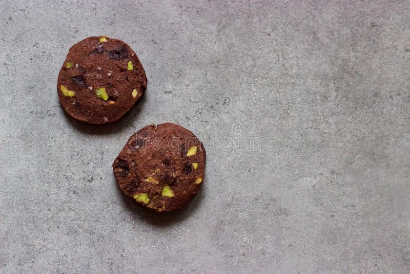 De eigengemaakte gezouten koelbox van de chocoladepistache, plak-en-bakt Kerstmiskoekjes royalty-vrije stock afbeelding
