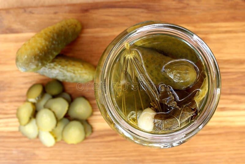 De eigengemaakte gezouten komkommers liggen op de lijst royalty-vrije stock foto