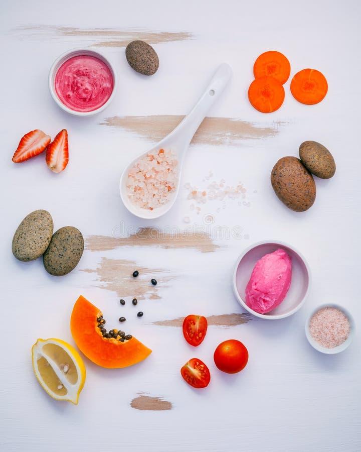 De eigengemaakte het huidzorg en lichaam schrobben met rode natuurlijke ingrediënten stock foto