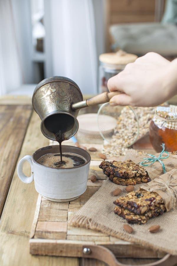 De eigengemaakte koekjes van de havermeelrozijn met koffie op houten achtergrond De ruimte van het exemplaar stock foto's