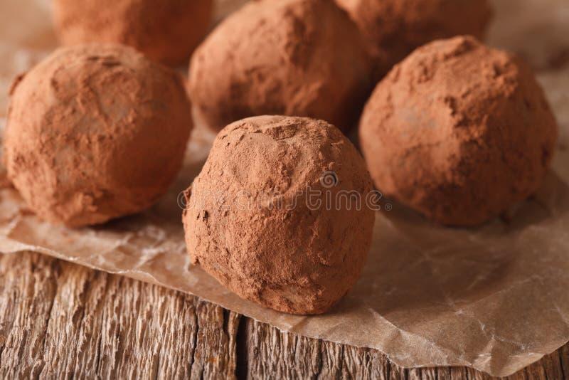 De eigengemaakte macro van Chocoladetruffels op een lijst in een rustieke stijl royalty-vrije stock foto