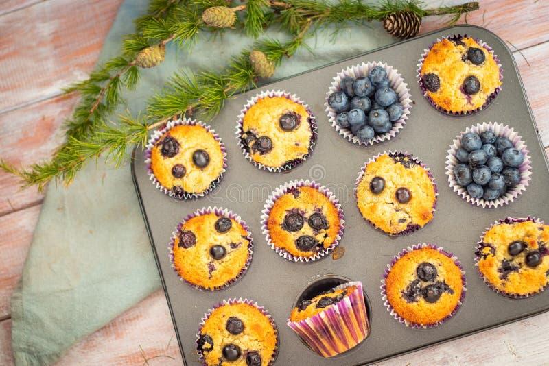 De eigengemaakte muffins van de de bloembosbes van de gluten vrije amandel in het bakseldienblad royalty-vrije stock foto