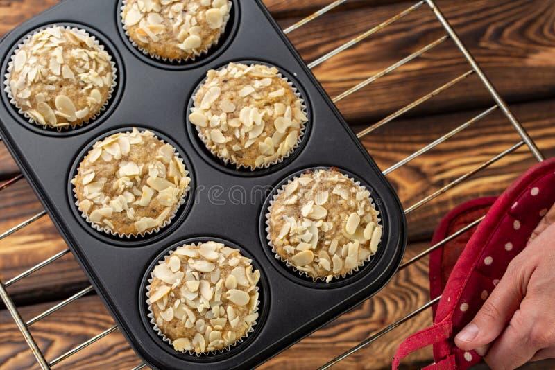 De eigengemaakte muffins van bosbessenzemelen met amandel in bakeware royalty-vrije stock afbeelding
