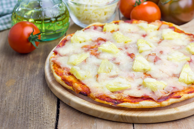 De eigengemaakte pizza van Hawaï stock afbeeldingen