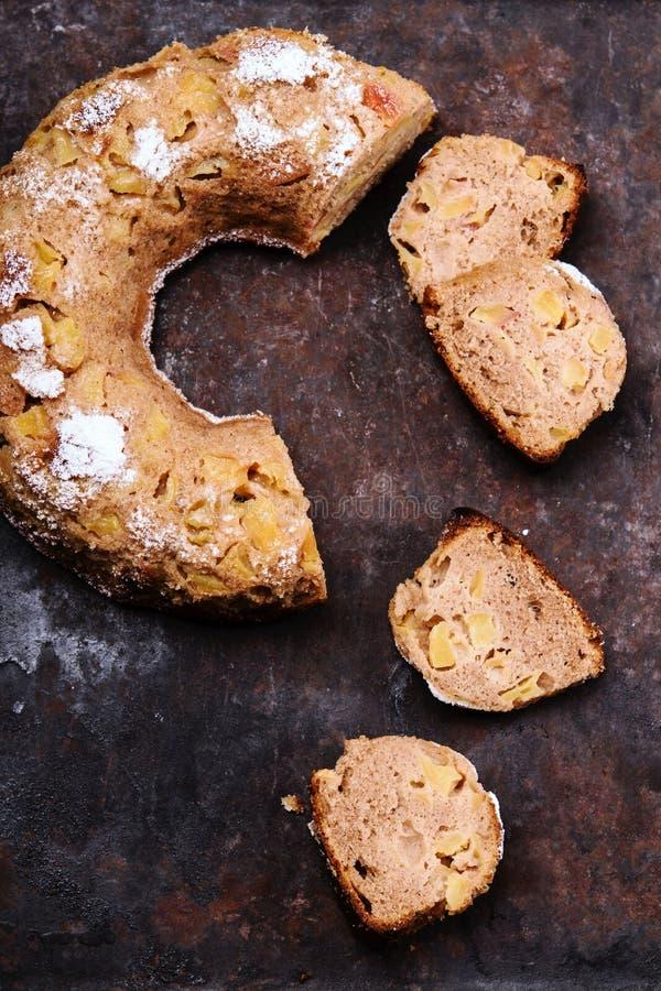 De eigengemaakte rustieke Kruidige die Cake van Apple Bundt met suikerglazuursuiker wordt bestrooid royalty-vrije stock afbeeldingen