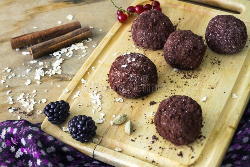 De eigengemaakte ruwe gezonde truffels van de veganistchocolade met muesli stock afbeeldingen
