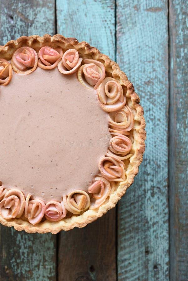 De eigengemaakte smakelijke appel nam pastei met room het vullen op sjofele woode toe stock afbeeldingen