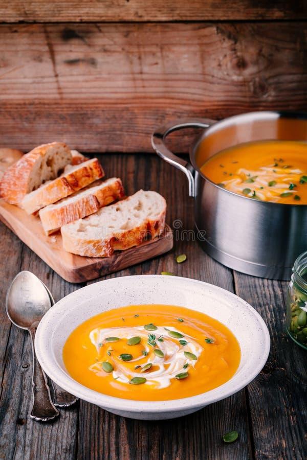 De eigengemaakte soep van de butternutpompoen met room en zaden royalty-vrije stock afbeelding
