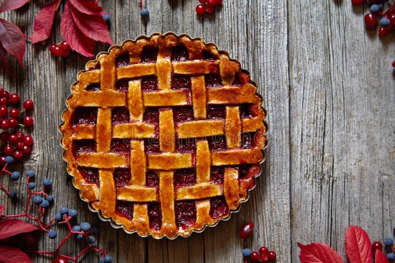 De eigengemaakte traditionele scherpe pastei van de de herfstframboos met jam op uitstekende lijstachtergrond Rustieke stijl en n royalty-vrije stock foto's