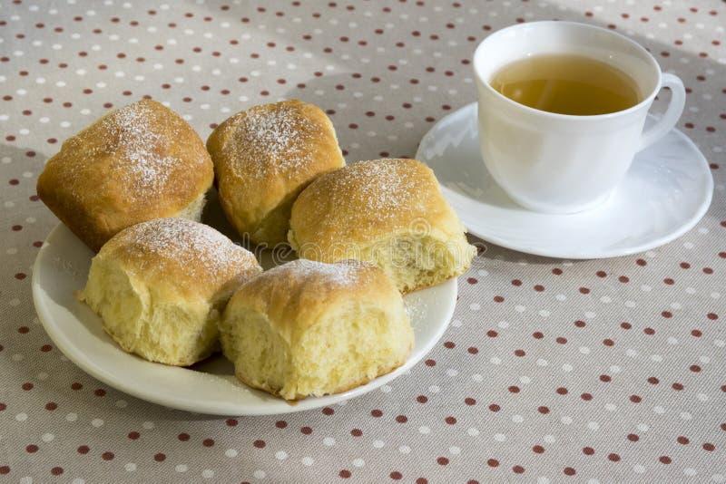 De eigengemaakte traditionele Tsjechische broodjes vulden met pruimjam, rozijnen en kwark op witte plaat op de lijst royalty-vrije stock afbeelding