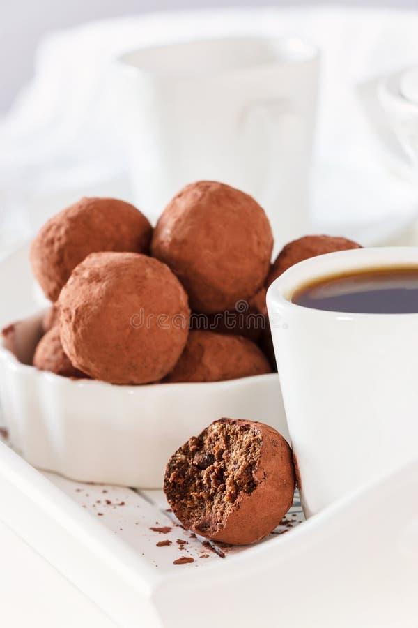 De eigengemaakte truffels van de chocoladeveganist Witte achtergrond royalty-vrije stock afbeeldingen