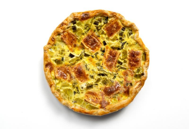 De eigengemaakte vegetarische smakelijke die pastei met bladerdeeg vulde met groenten en kaas, op witte achtergrond worden geïsol royalty-vrije stock afbeelding