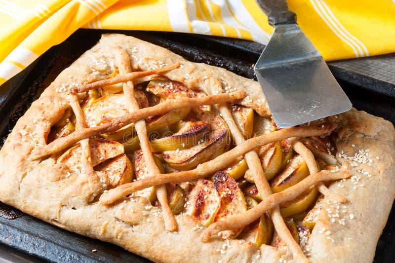 De eigengemaakte verse pastei van appelgalette stock foto