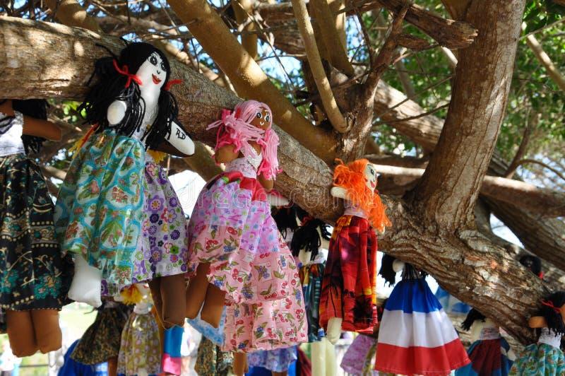 De eigengemaakte voddenpoppen hangen op de boom stock afbeeldingen
