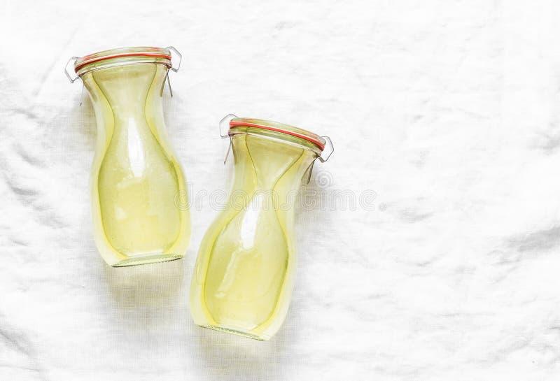 De eigengemaakte voorraad van de kippenbouillon in glasflessen Ingeblikt bewaard ingrediënt voor het koken van lunch op lichte ac royalty-vrije stock foto's