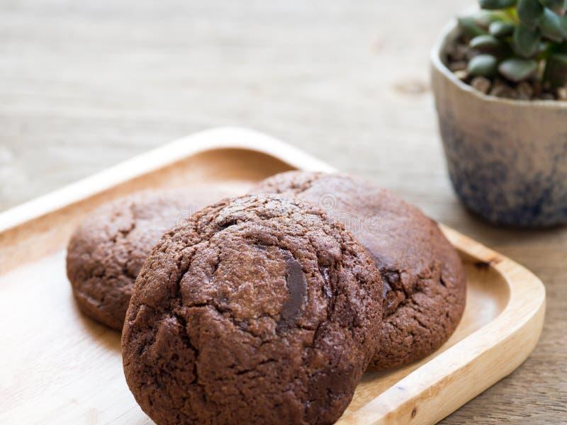De eigengemaakte zachte donkere die koekjes van de chocoladebrownie op een houten plaat worden geplaatst De koekjes is goed en he royalty-vrije stock afbeelding