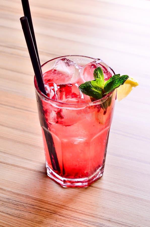 De eigengemaakte Zomer Berry Drink Limonade met frambozen en aardbei met citroen, munt in glas op lijstachtergrond royalty-vrije stock afbeeldingen
