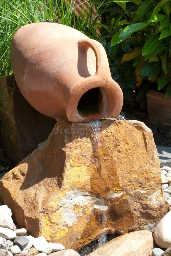 De eigenschap van het water met amfora stock afbeelding
