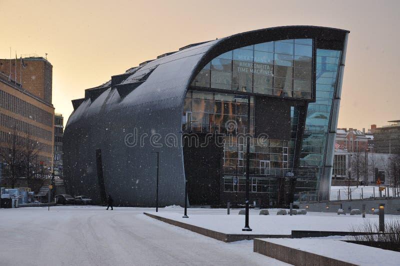 De eigentijdse architectuur van Helsinki door sneeuwdaling stock afbeelding