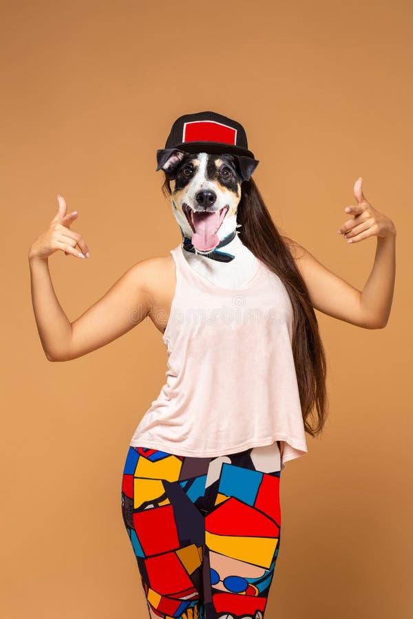 De eigentijdse van het de lengteportret van de kunstcollage volledige positieve hond leidde het punt van de vrouwenhand aan u Mod stock illustratie