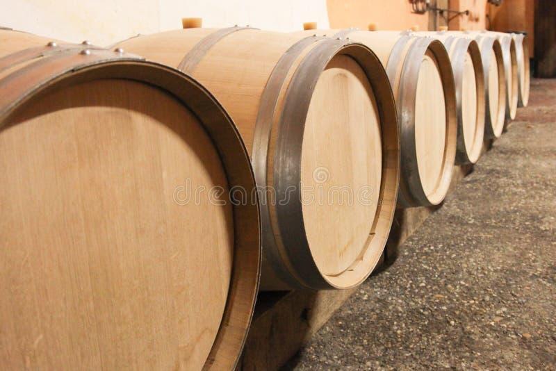 de eiken die vaten van de wijnkelder met druivesap worden gevuld om wijn te maken royalty-vrije stock fotografie