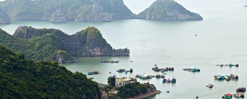 De eilanden die van de Halongbaai de rots het van het Zuid- visserijdorp Overzees Vietnam drijven van China Plaats Azi? royalty-vrije stock afbeelding