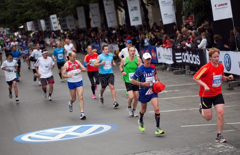 De eindigende Internationale Marathon van Praag stock afbeeldingen
