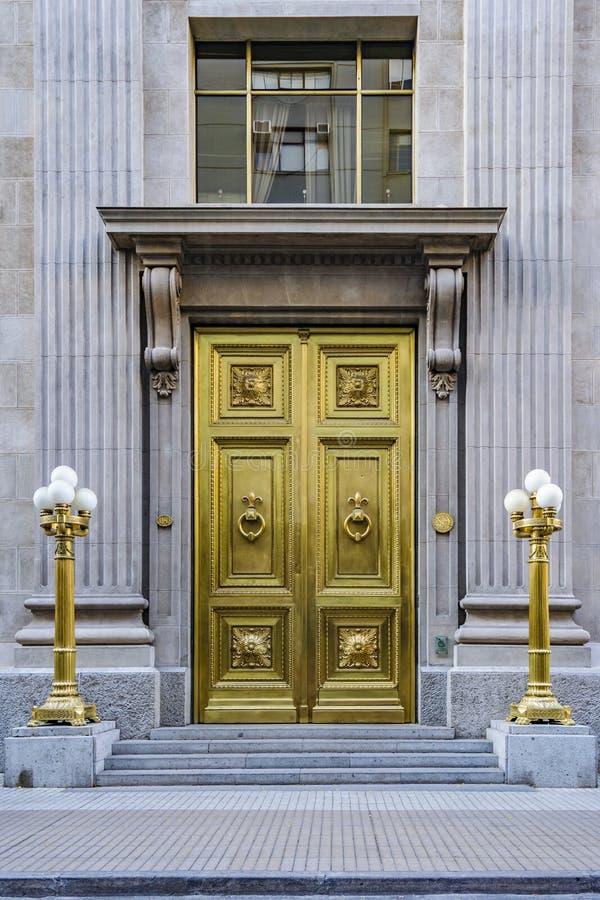 De elegante Bouw met Gouden Deur stock afbeeldingen