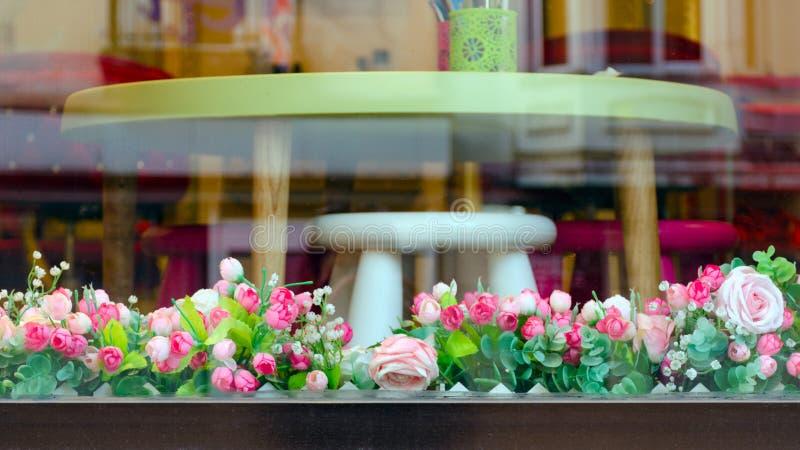 De elegante die opslag van het showcasesmeubilair met bloemen wordt verfraaid stock foto's