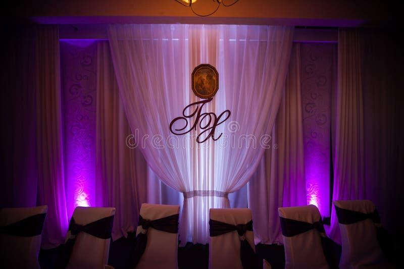 De elegante en modieuze purpere ontvangst van het kleurenhuwelijk bij luxerestaurant royalty-vrije stock foto's