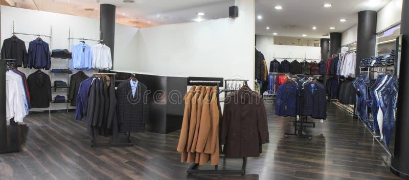 De elegante formele slijtage van opslagmensen, Europese pakhuiswinkel, kleding en schoenen, Huwelijk stock afbeelding