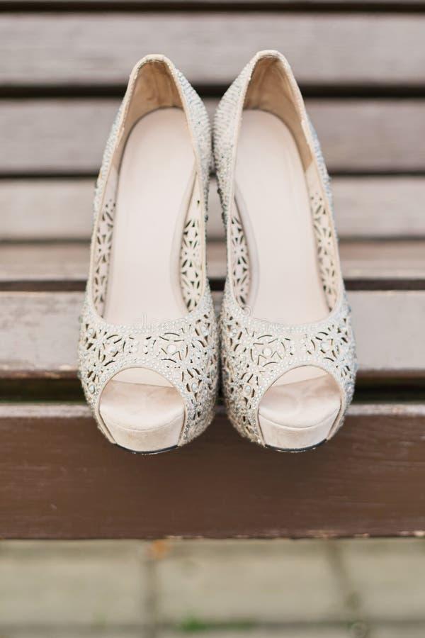 De elegante huwelijksschoenen met open teen en de bergkristallen steken de zomer, open licht aan royalty-vrije stock fotografie