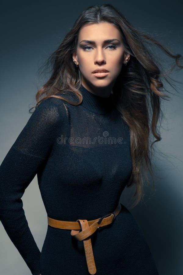 De elegante jonge vrouw van het manierportret in zwarte kleding royalty-vrije stock fotografie
