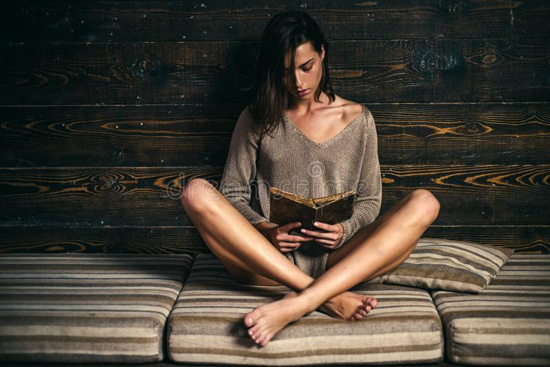 De elegante mooie vrouw leest een boek Aantrekkelijk Jong Wijfje stock foto