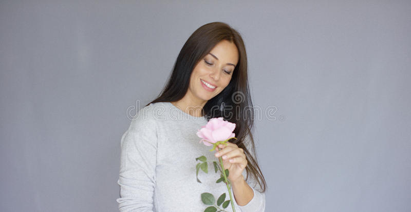 De elegante mooie vrouwenholding nam bloem toe royalty-vrije stock foto's