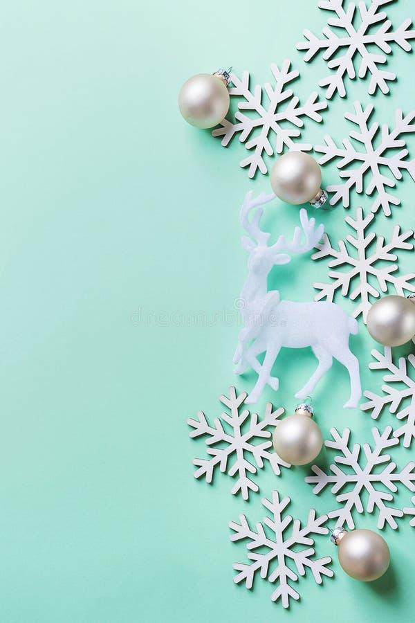 De elegante van de de Groetkaart van het Kerstmisnieuwjaar van het de Affiche Witte Rendier Bal van de Sneeuwvlokken op Lichte Tu royalty-vrije stock afbeeldingen