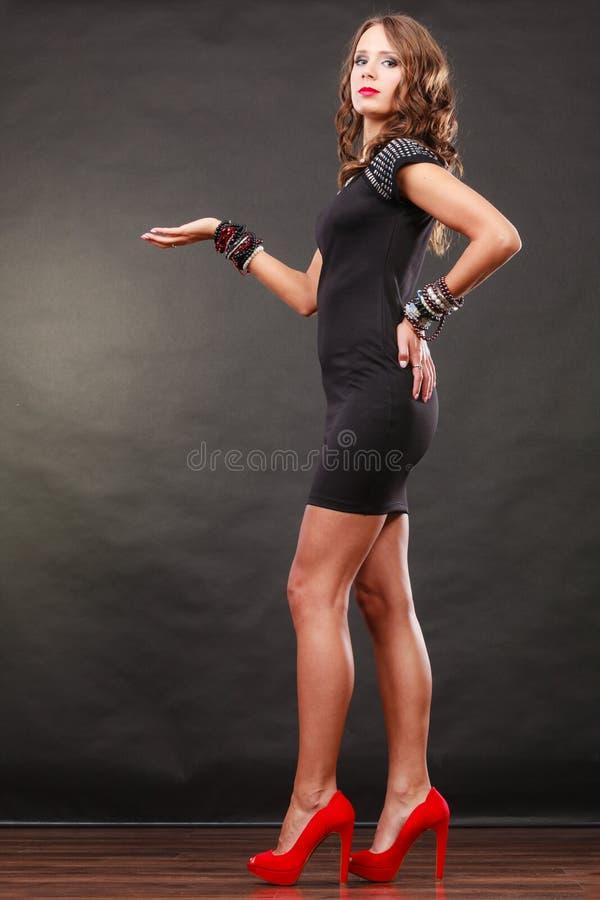 De elegante vrouw die armbanden dragen houdt open hand royalty-vrije stock foto's